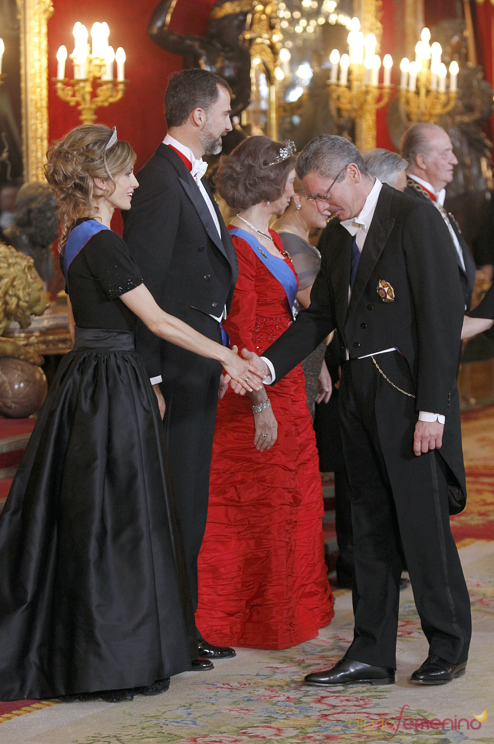 Alberto Ruiz Gallardón saluda a la Princesa Letizia en la cena de gala