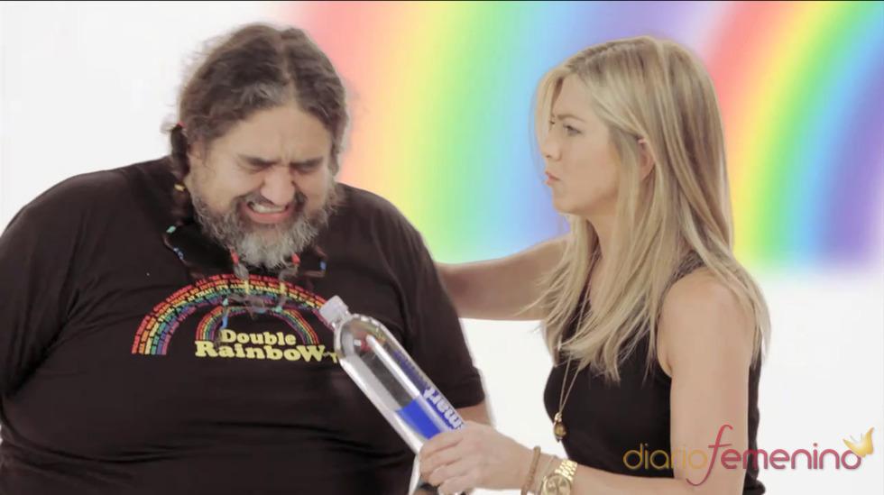 Un poco de violencia para hacer un buen video viral by Jennifer Aniston