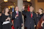 Los Reyes, el presidente de Chile y su esposa brindan en el Palacio de El Pardo