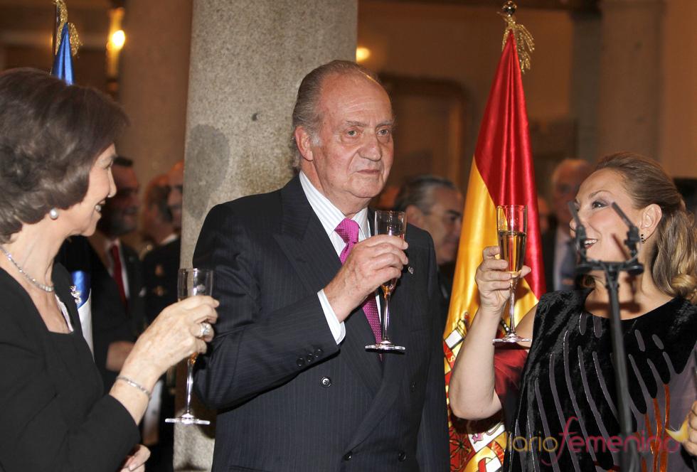 El Rey Don Juan Carlos brinda en la recepción ofrecida por Sebastián Piñera