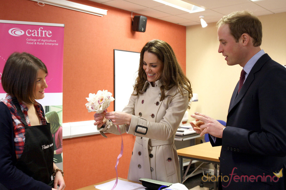 Kate Middleton muestra su regalo a su prometido