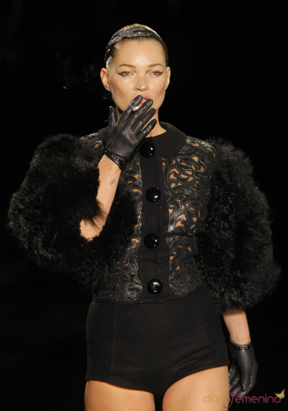Kate Moss vuelve a las pasarelas fumándose un cigarro