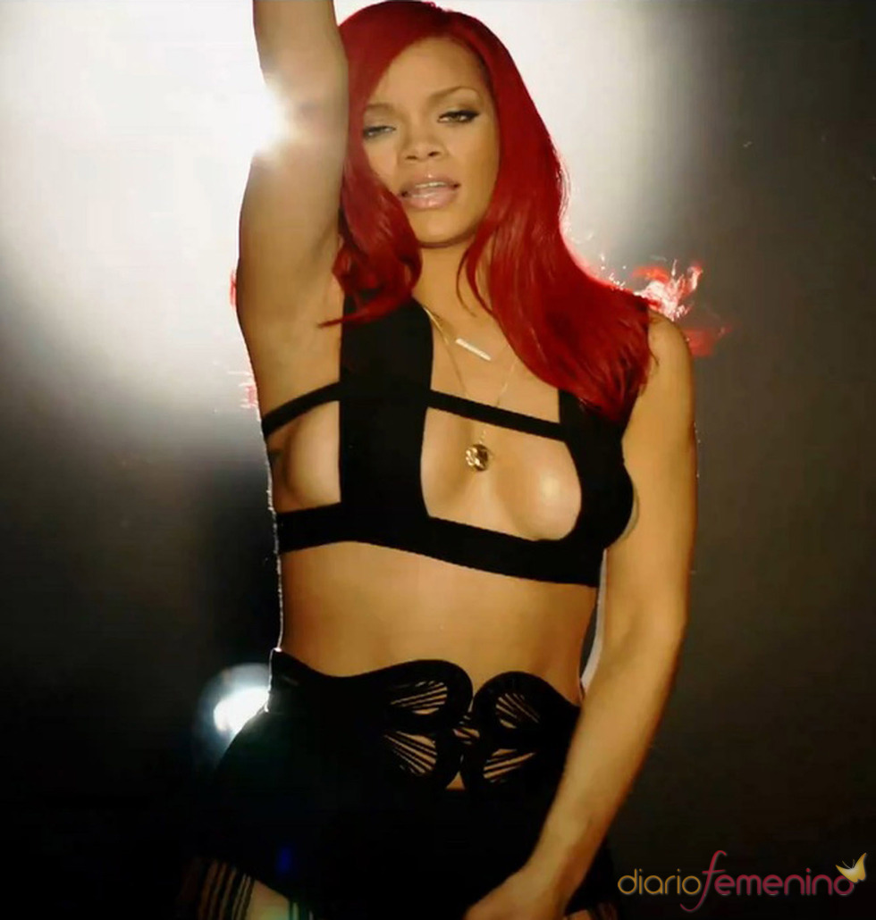 Rihanna luciendo triquini negro en el videoclip de Kanye West