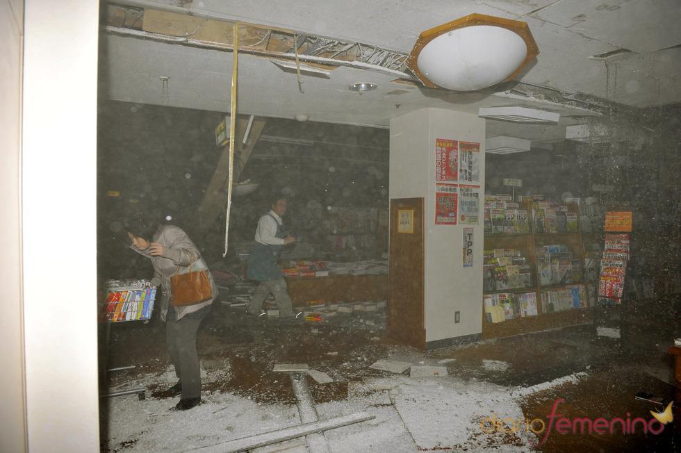Ciudadanos aterrados en Sendai tras el terremoto que ha azotado Japón