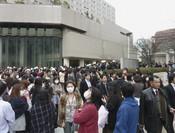 La gente se amontona en la calle tras el terremoto que ha sacudido Japón