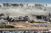 Imagen del tsunami arrasando la tierra