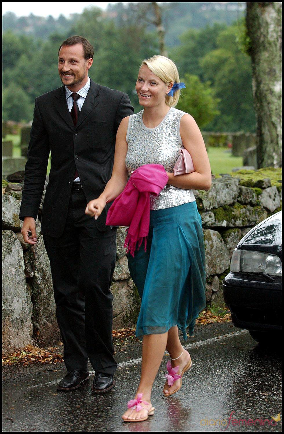 Mette-Marit y Haakon de Noruega en la boda de unos amigos
