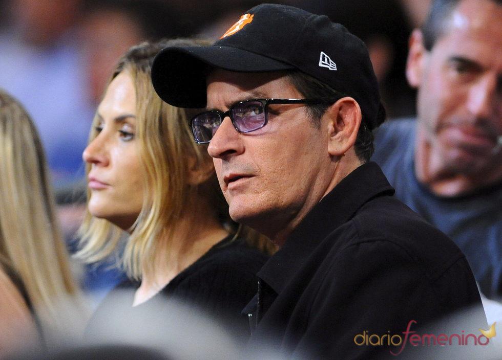 Charlie Sheen durante un partido