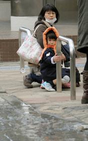 Una mujer y su hijo en Tokyo tras el terremoto de Japón
