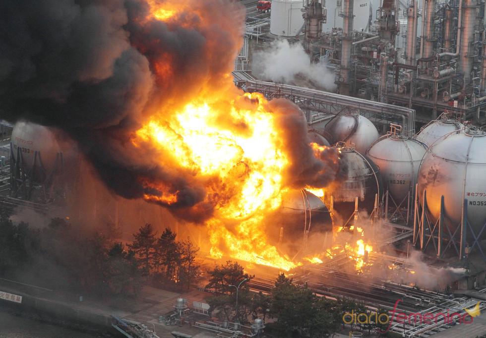 Una petroquímica en llamas tras el terremoto de Japón
