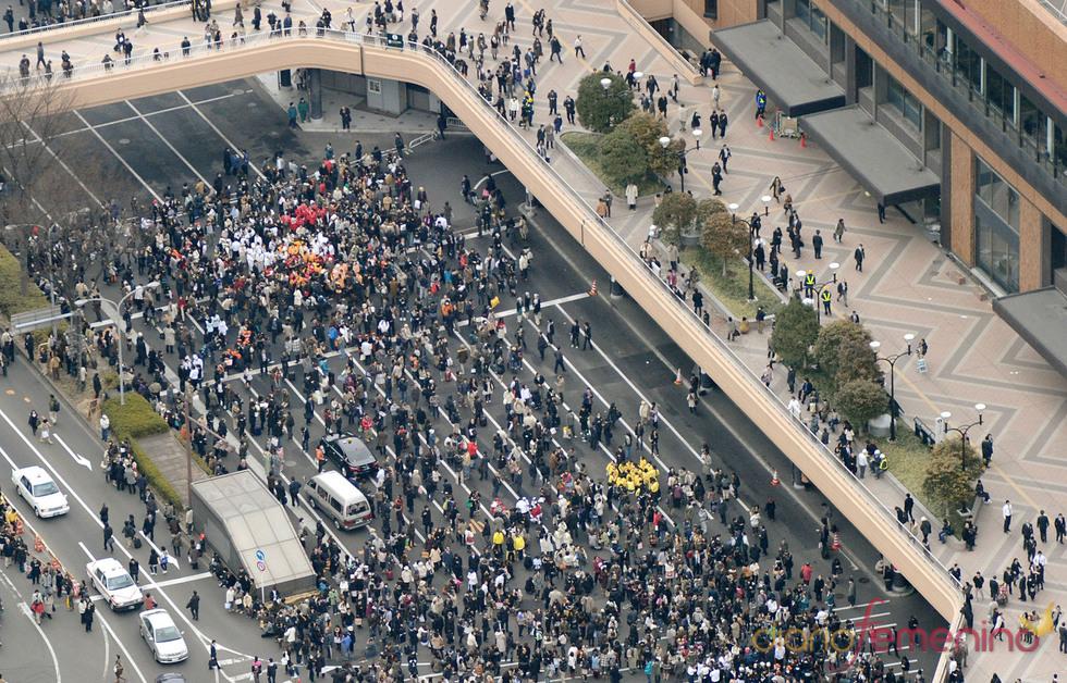 Una multitud se agolpa en Sendai tras el terremoto y tsunami japonés