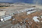 El tsunami avanza sobre el aeropuerto de Sendai