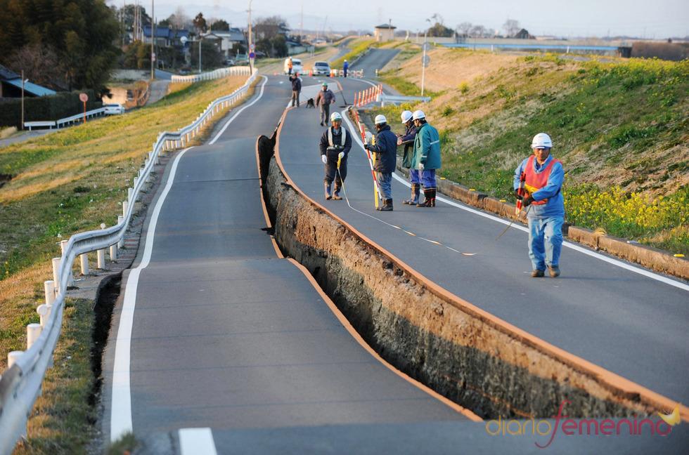 Carretera destruida tras el terremoto y tsunami de Japón
