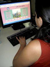 Adolescente utilizando un ordenador