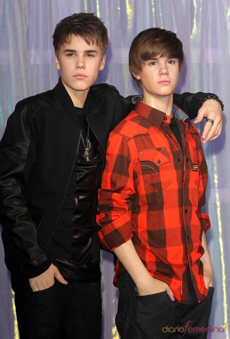 Justin Bieber conoce a su doble de cera en un museo de Londres