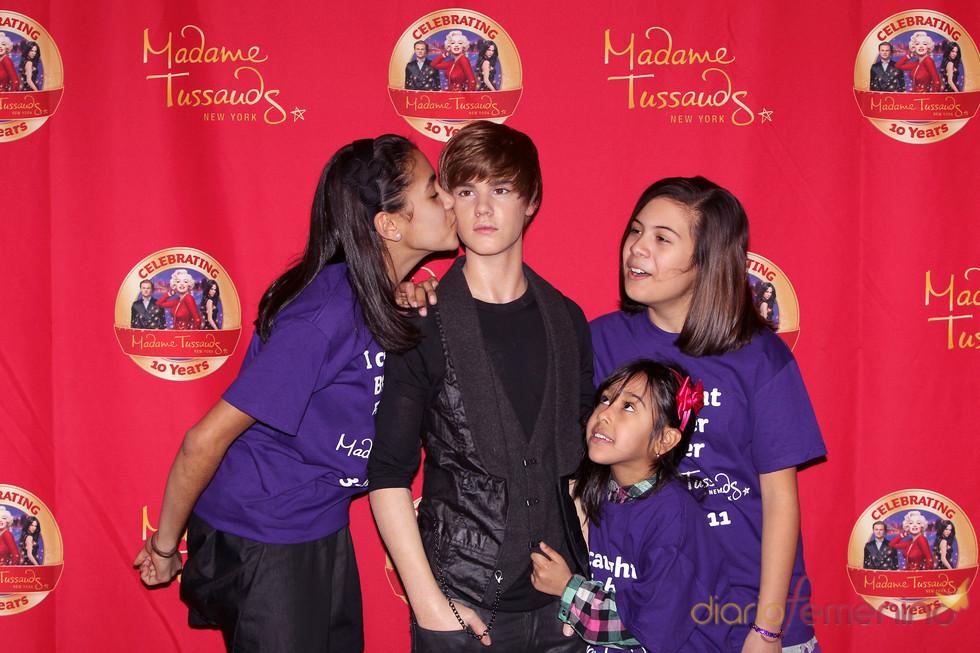 Fans de Justin Bieber besan a su doble de cera