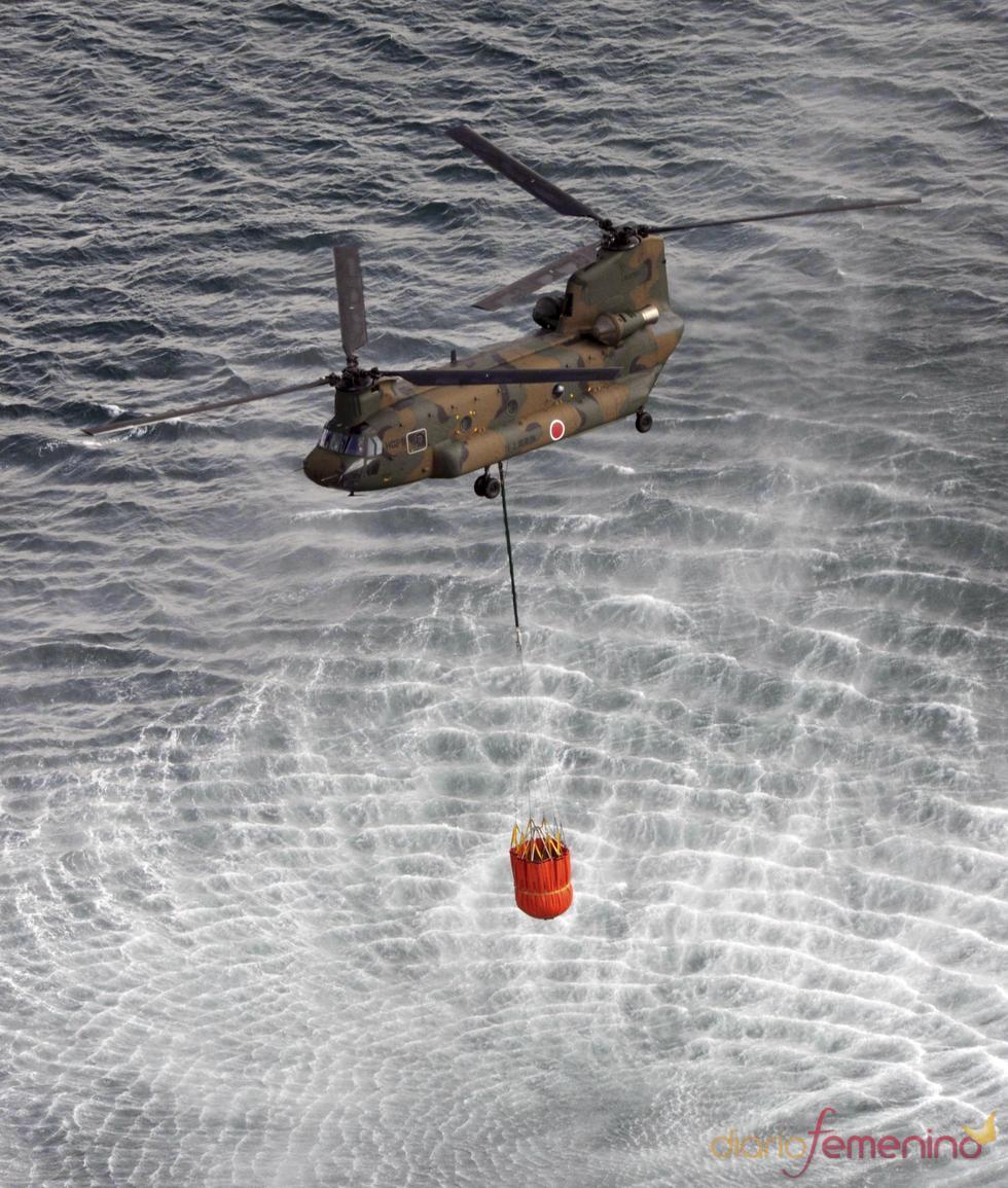Helicóptero de Japón recoge agua de mar para vertirla en el reactor 3 de Fukushima