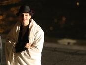 Emma Watson se protege del frío durante el rodaje del anuncio de Lancome