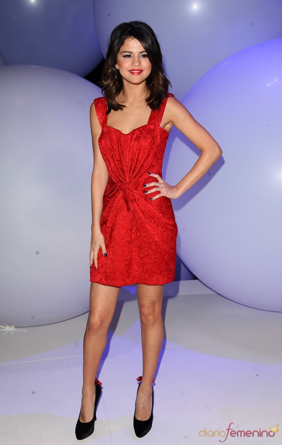 Selena Gomez espectacular de rojo