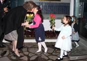 La Reina Sofía, cariñosa con unas niñas en Ecuador