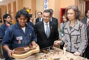 La Reina Sofía visita un taller en Ecuador