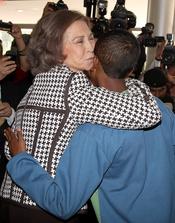 La Reina Sofía besa a un joven durante su visita a Quito
