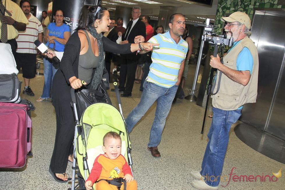Familiares de Elena Tablada llegan al aeropuerto de Miami para el bautizo