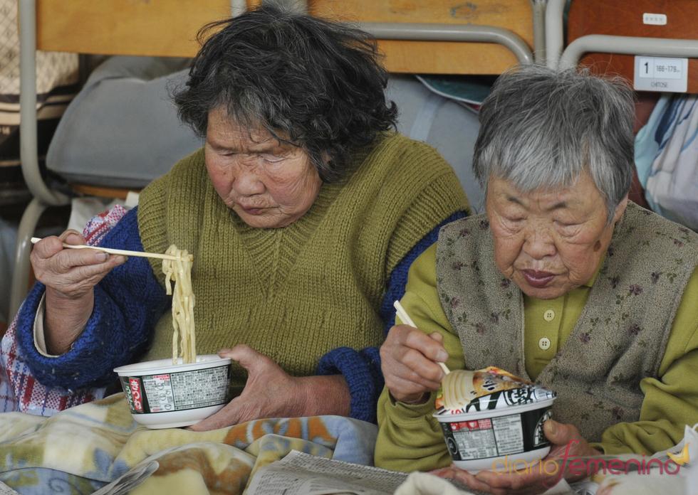 Dos mujeres japonesas almuerzan