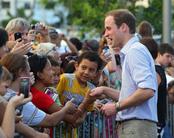 Guillermo de Inglaterra es arropado por el pueblo durante su visita a Australia