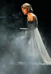 Taylor Swift en concierto en los 44 Country Music Awards en Nashville