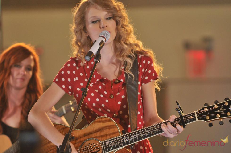 Taylor Swift canta en el aeropuerto en octubre de 2010