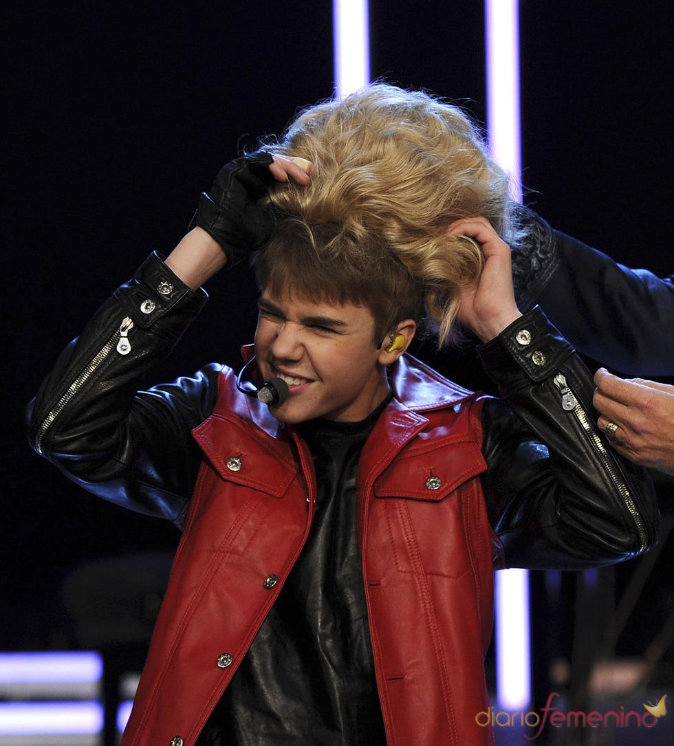 Justin Bieber ¡se pone la peluca!