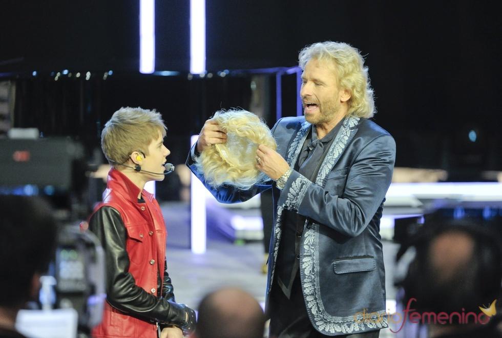 A Justin Bieber le ofrecen ponerse peluca