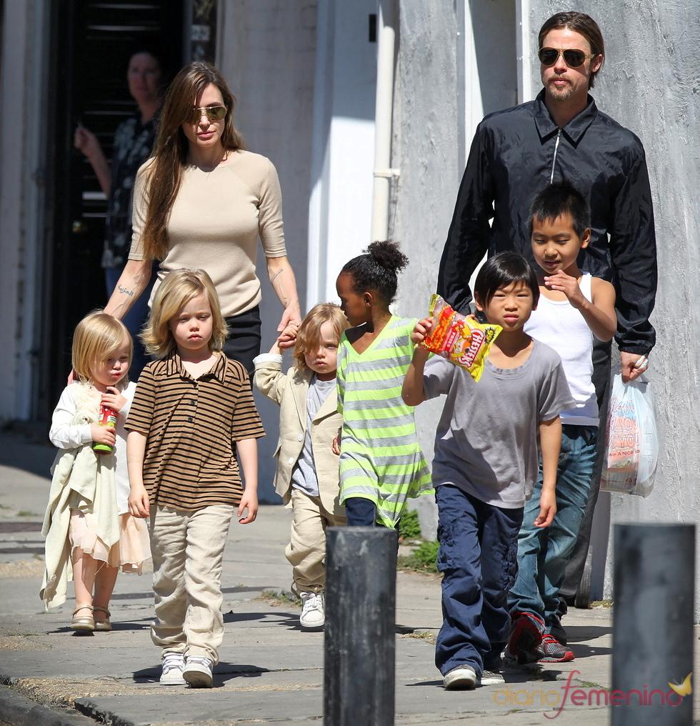 Brad Pitt y Angelina Jolie junto a sus seis hijos