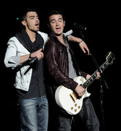 Joe y Kevin Jonas en el 'Hope Center'