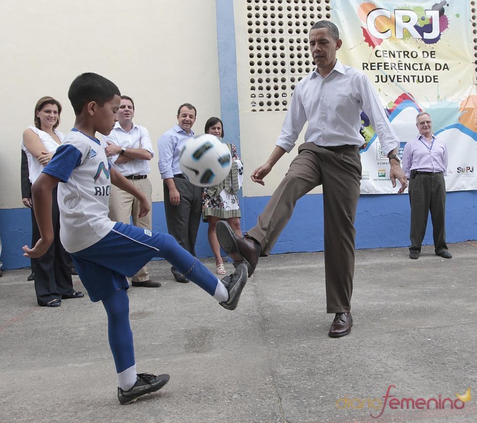 Barack Obama juega al fútbol en Brasil