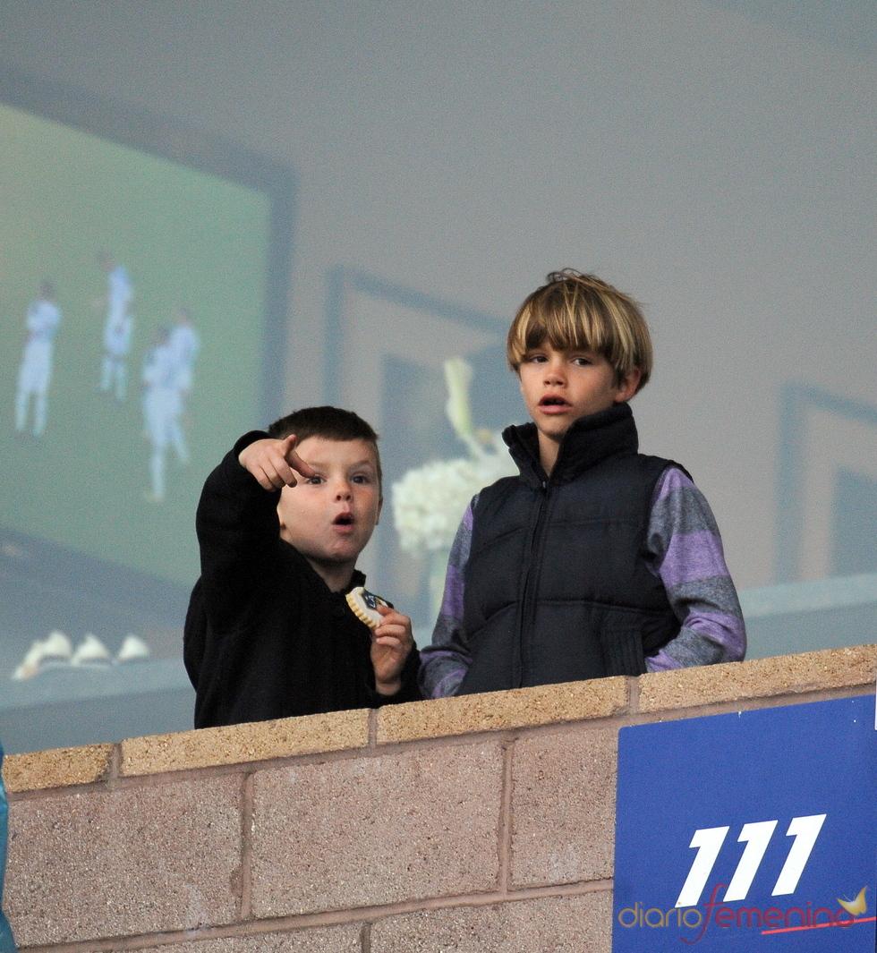 Romeo y Cruz Beckham en un partido de fútbol