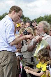 Guillermo de Inglaterra visita las zonas afectadas por las riadas en Australia