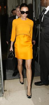 Victoria Beckham con un vistoso vestido amarillo
