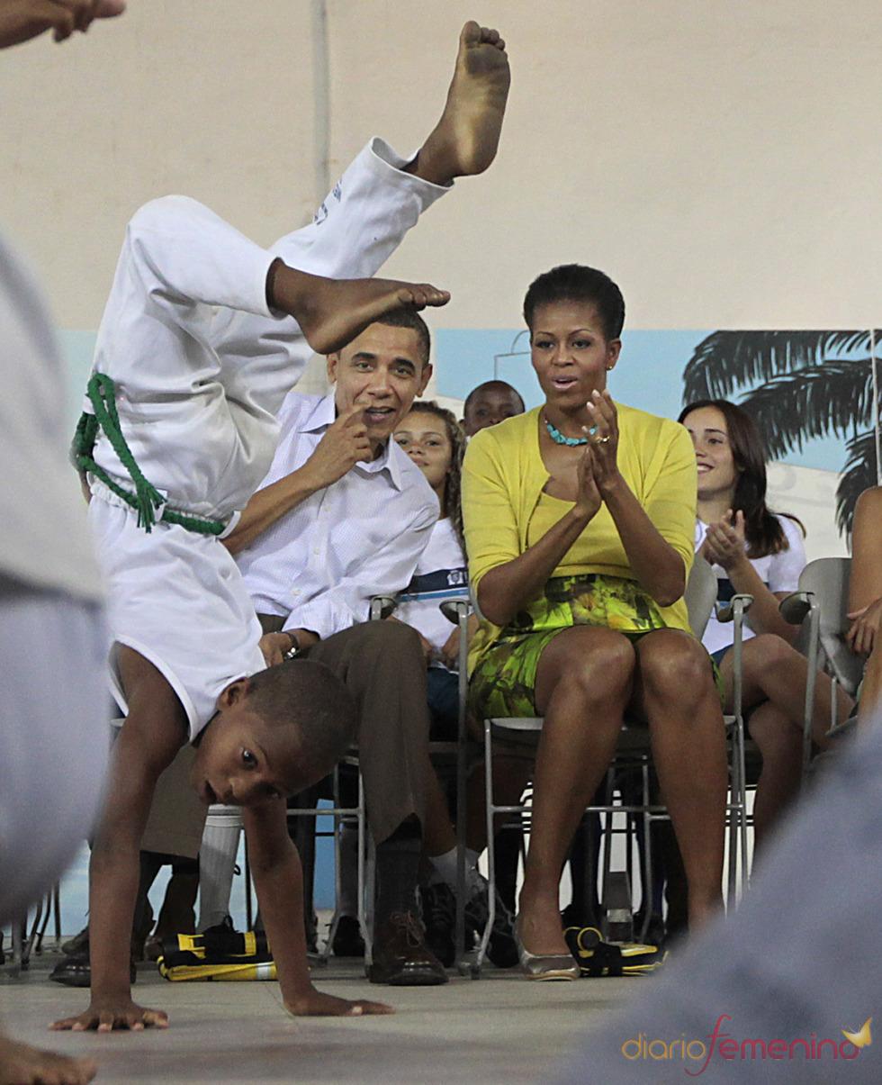 Barack Obama y Michelle Obama ven un espectáculo de capoeira