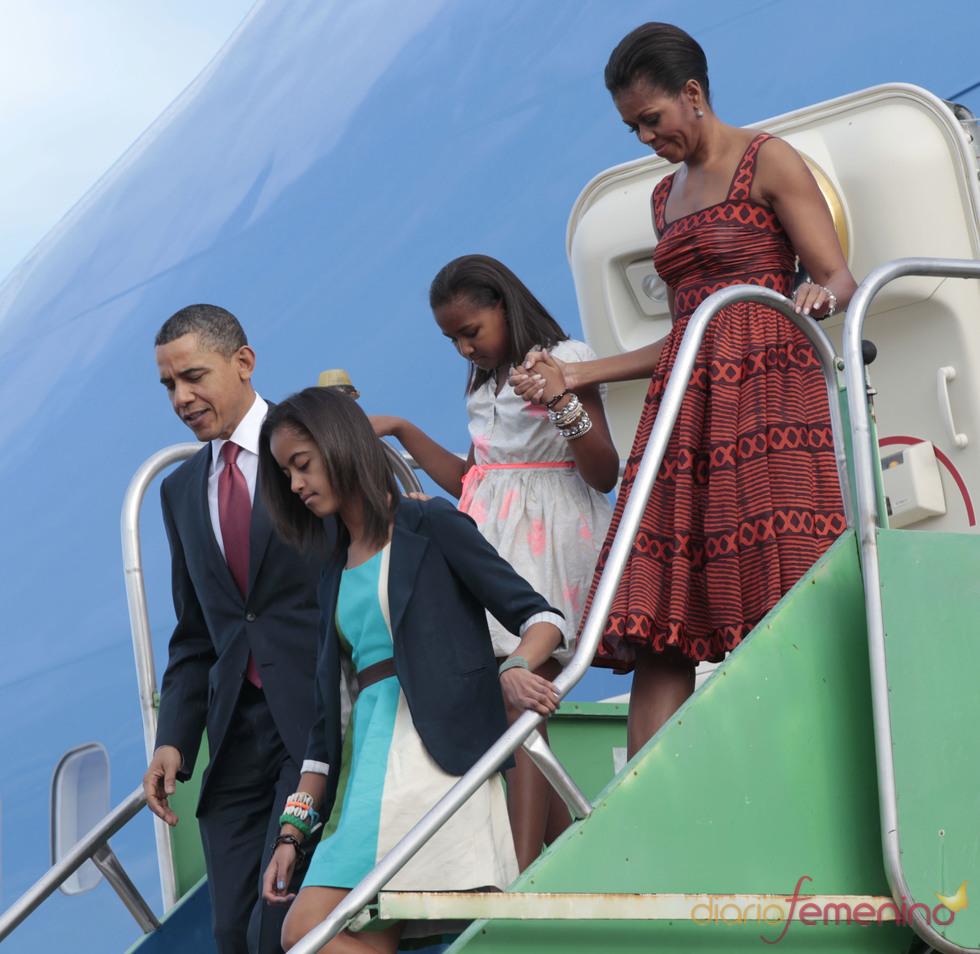 Barack Obama, Michelle Obama y sus hijas, a su llegada a Brasilia