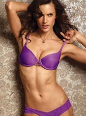 Alessandra Ambrosio con un conjunto morado de lencería de Victoria's Secret