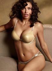 Adriana Lima con un conjunto nude de Victoria's Secret