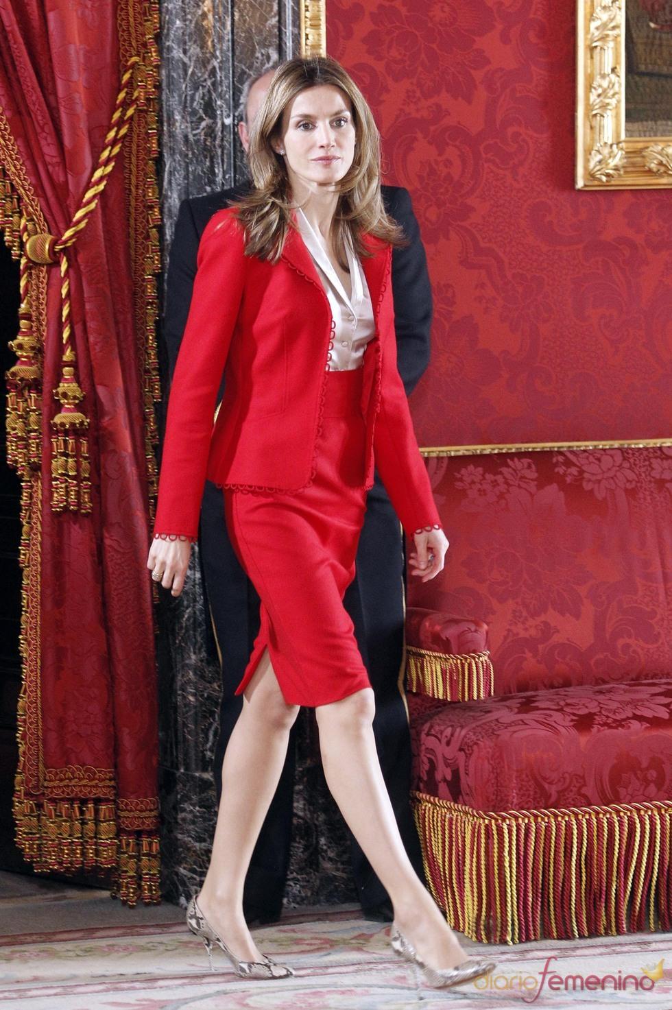 La Princesa Letizia con un traje de falda rojo