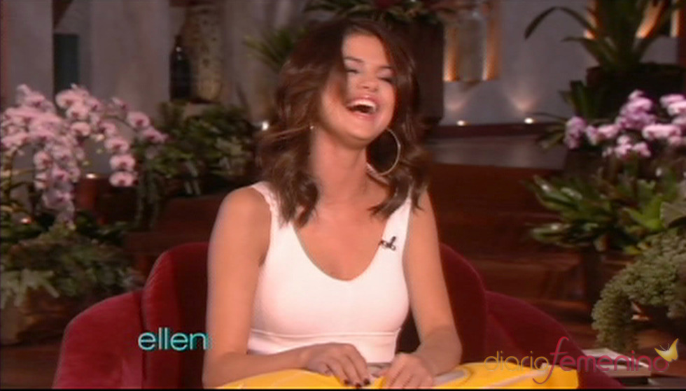 Selena Gómez muerta de risa en el programa de Ellen DeGeneres