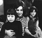 Elisabeth Taylor junto a sus dos hijas en 1968