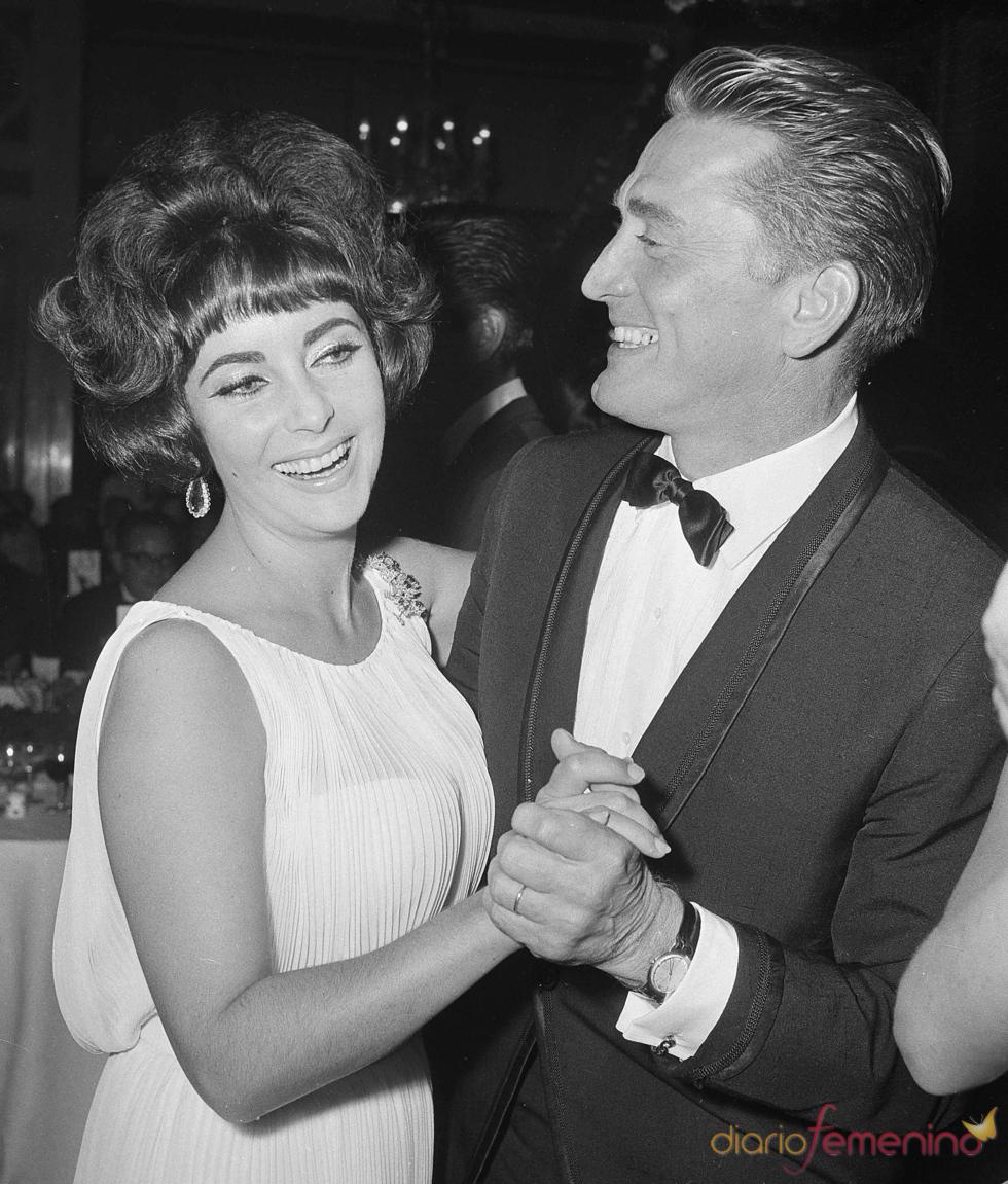 Elisabeth Taylor bailando con Kirk Douglas en 1961