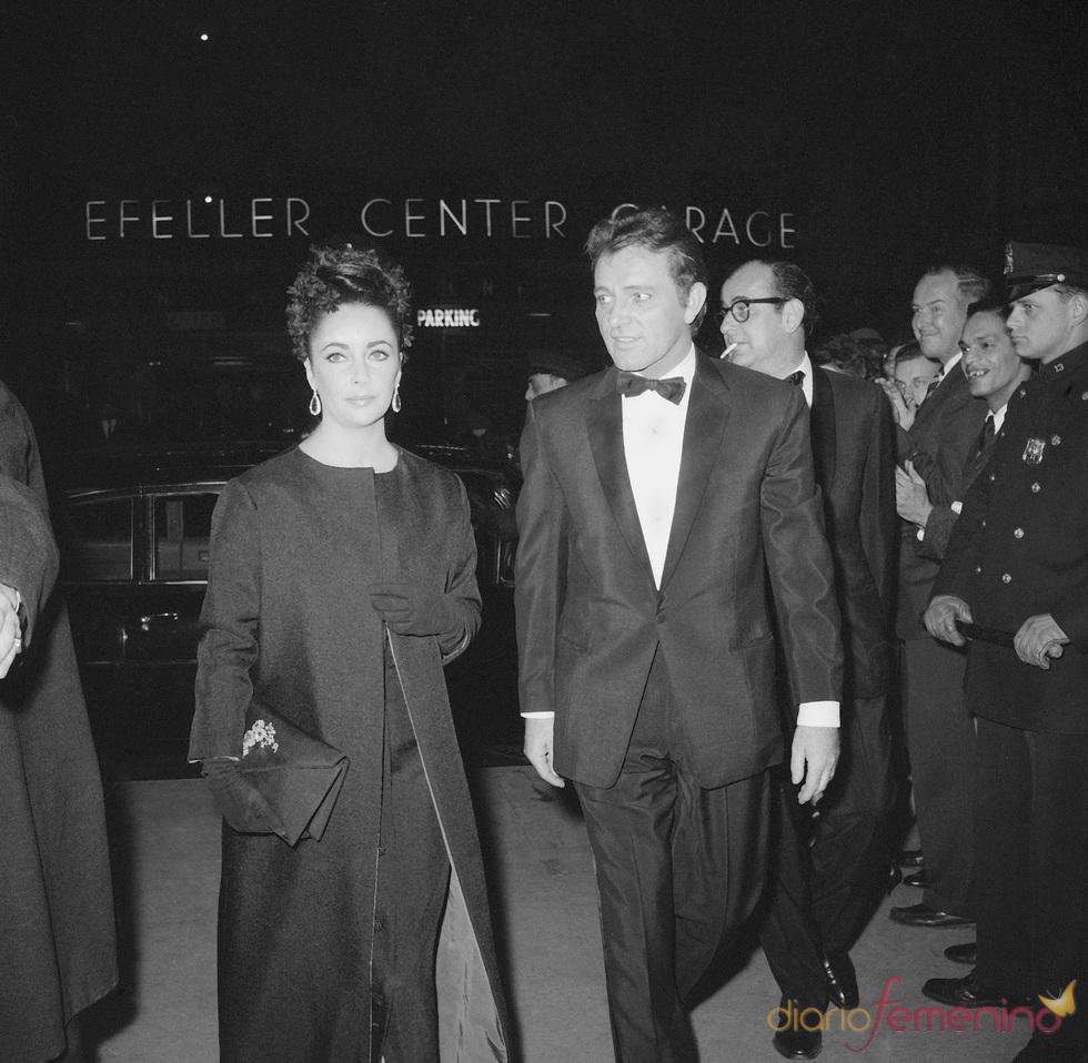 Elisabeth Taylor y marido Richard Burton en 1964