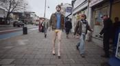 El imitador loco de Kylie Minogue paseando por la calle