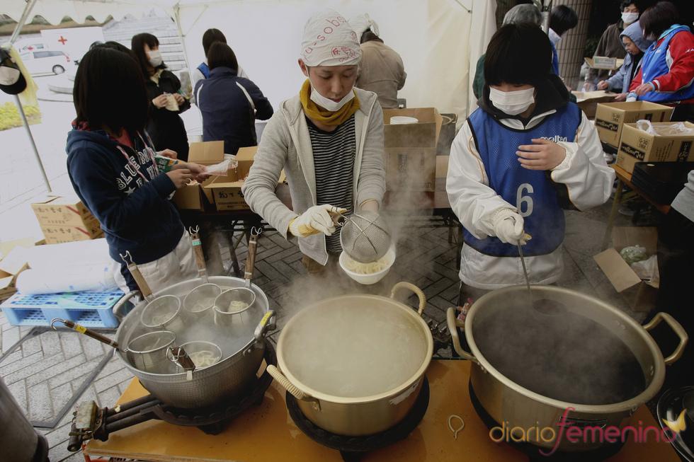 Dos voluntarios preparando comida en Fukushima